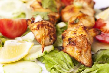Gegrillter Hühnerspieß auf Salat