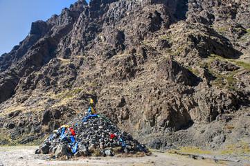 """Ein """"Owoo"""", ein religöser Steinhaufen in der Mongolei"""