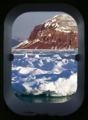 Photo sur Aluminium Pôle Arctic scenery through a ships porthole
