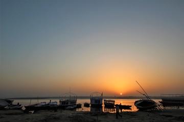 ガンジス川の朝陽(インド・ヴァラナシ)