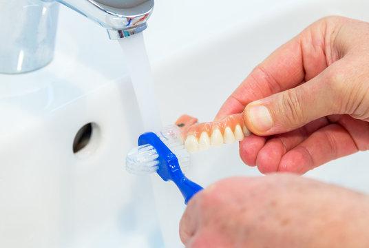 Zahnersatz Reinigung
