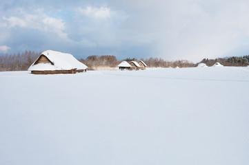 雪に覆われる厳寒期の三内丸山遺跡竪穴住居・掘立柱建物復元