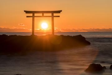 Fototapete - 大洗海岸の神磯鳥居に上る朝日