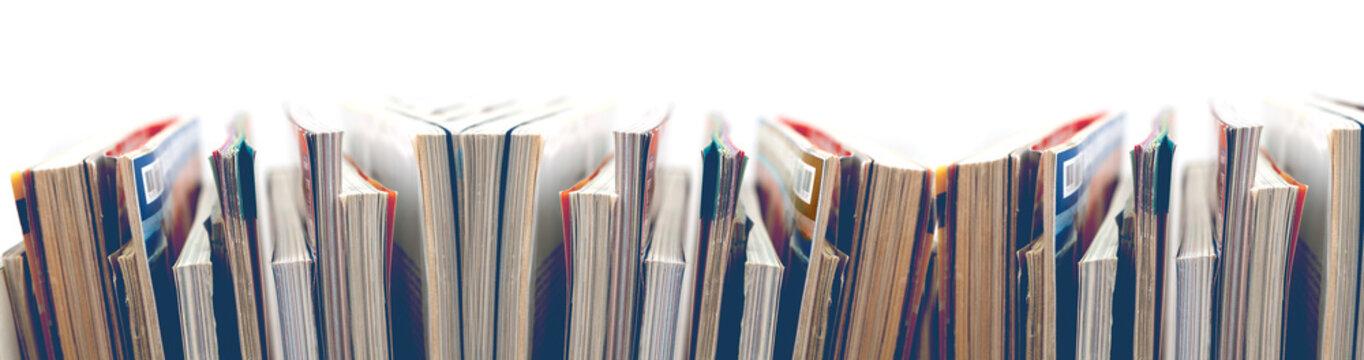 Revistas y libros sobre fondo blanco.Entretenimiento y lectura.