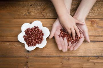 小豆を持った親子の手