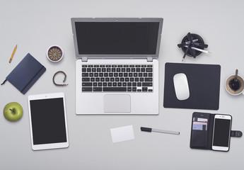 Modello scrivania professionista impegnato
