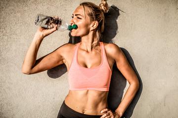 workout Fitness Frau trinkt Wasser