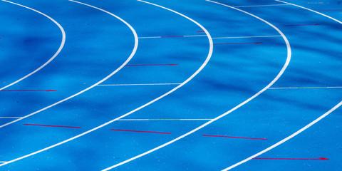 blaue Tartanbahn im Leichtathletikstadion