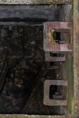 Abstieg in einen Abwasser Kanalschacht