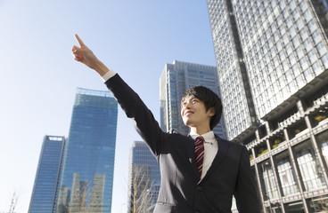 ビジネスマン 空へ 指差し 東京 丸の内