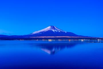富士山と山中湖の夜景