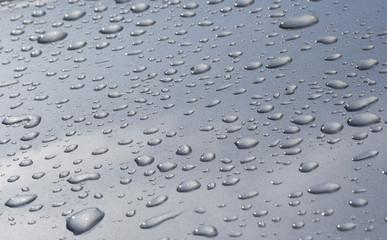 Wassertropfen auf silbernem Autolack