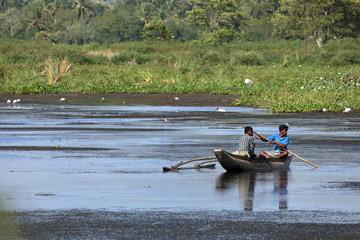 Fischer in einem Boot auf einem See in Sri Lanka