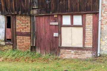 Rote Tür einer alten Scheune
