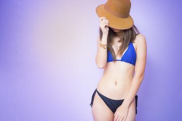 Jovem brasileira de biquíni posando para o verão.