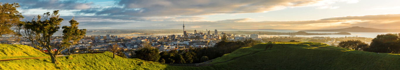 Fotobehang Nieuw Zeeland Panoramic view of Auckland city from Mt Eden Summit