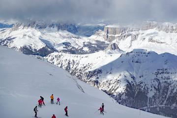 Una giornata da sci in cima alle montagne Alpine