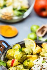 Stilleben mit Rosenkohl und Curry-Apfel-Sauce