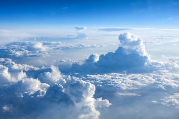 Bulutların üzerinden kuşbakışı