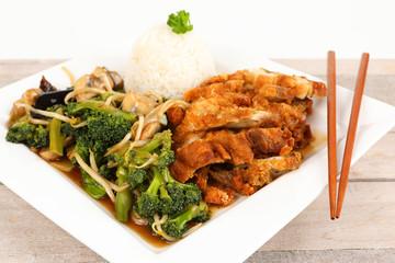 Gebratenes Hähnchenflsich mit Gemüse und Reis