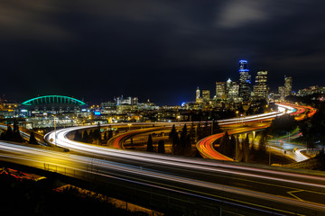 Light trails in and out of Seattle during the evening commute hour Fotomurales