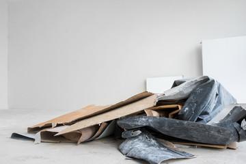 Baustelle Innenausbau Raum mit gesammeltem Müll