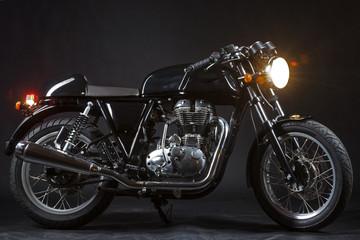 Motorrad caferacer im studio vor schwarzem hintergrund