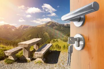 offene Tür mit Ausblick auf die Berge