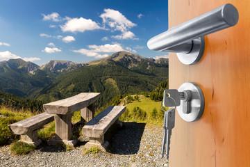 offene Tür mit Ausblick auf die Berge Panorama