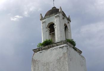 Weiß gestrichene alte Kirche in Nord-Mexiko in der Nähe des Copper Canyon entlang der Chepe-Bahnstrecke zwischen Creel und Cuauhtemoc