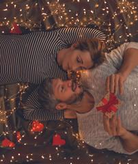 Paar im Bett mit geschenk