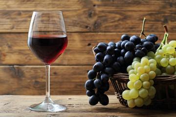 bicchiere di vino rosso su sfondo rustico