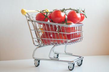 mini chariot de supermarché repli de tomates cerise