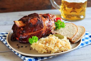 Schweinshaxe mit Sauerkraut