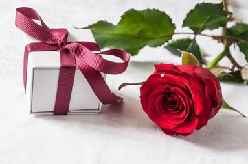 composition st valentin sur fond blanc