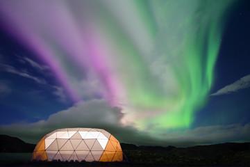 Aurora boreale (northern lights) con tenda illuminata