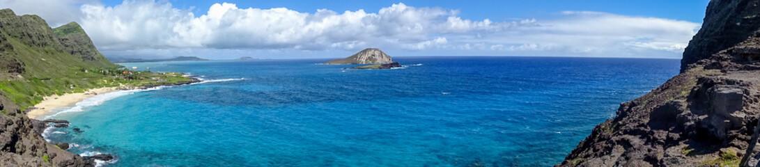アメリカ、夏のハワイ、オアフ島の絶景と青い海、マカプウの海