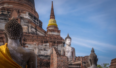 In de dag Temple Buddha statues in saffron sashes at the Wat Yai Chaimongkhon temple in Ayutthia Thailand