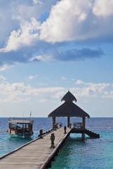 Schöner Maledivenstrand mit Anlegesteg