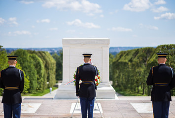 Autocollant pour porte Lieux connus d Amérique Changing of the guard at Arlington National Cemetery (tomb of the unknown soldier)
