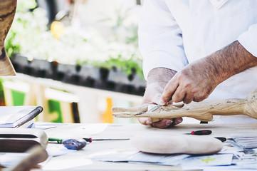 Main d'un artisan sculpteur de bois