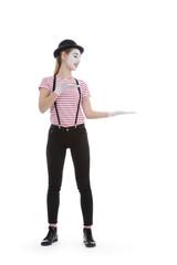jeune fille mime maquillage blanc théâtre désignant un objet
