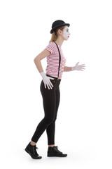 jeune fille mime maquillage blanc théâtre mimant la marche