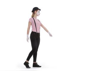 jeune fille mime maquillage blanc théâtre mimant la marche avec un chien en laisse