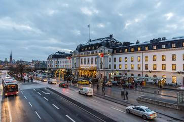 Stockholms Centralstation med taxibilar utanför vid utgång mot Vasagatan