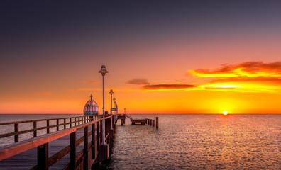 Seebrücke mit Tauchglocke bei Sonnenaufgang