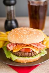 Baconburger mit Pommes Frites