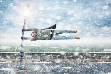 Fußgänger wird im Schneesturm weggeweht
