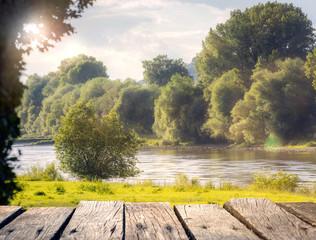 Blick auf eine Flusslandschaft im Frühling