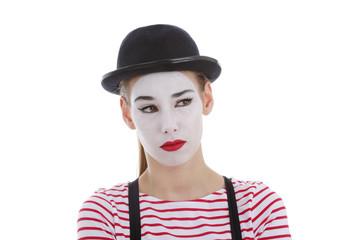 jeune fille mime maquillage blanc théâtre mimant la méfiance
